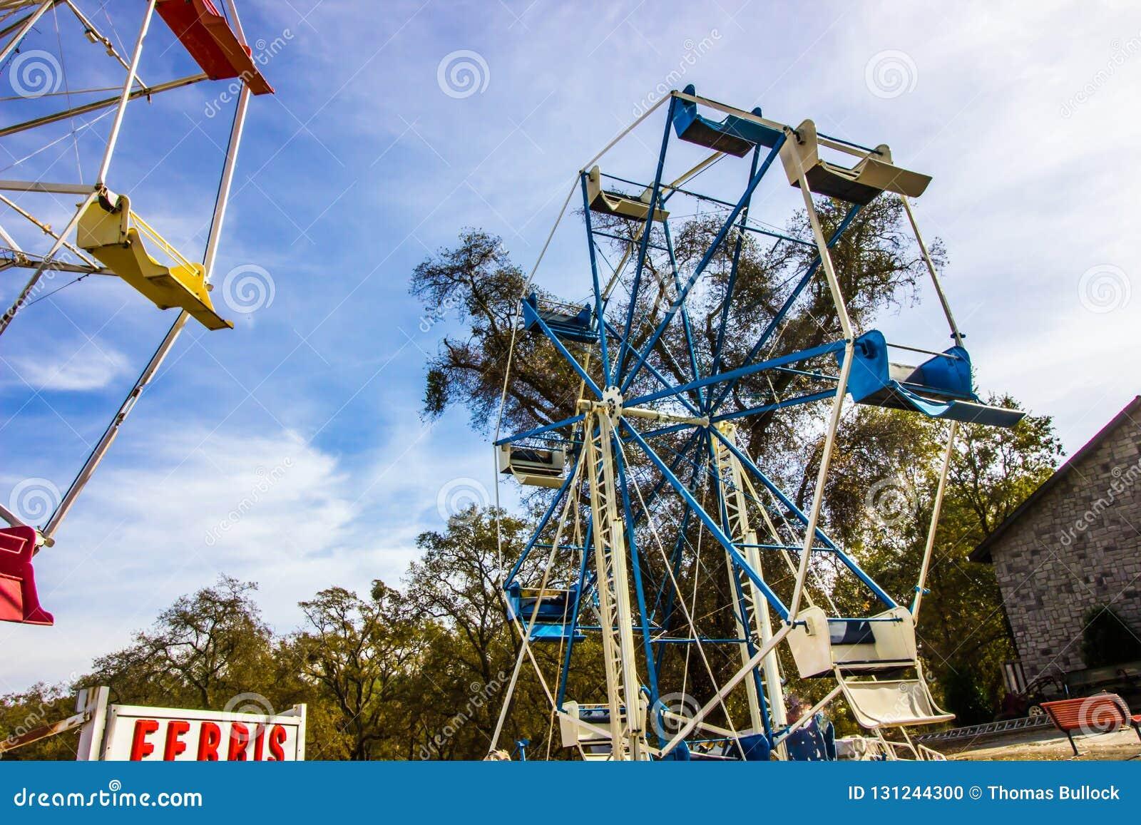 Ferris Wheel In Disrepair & in Opslag