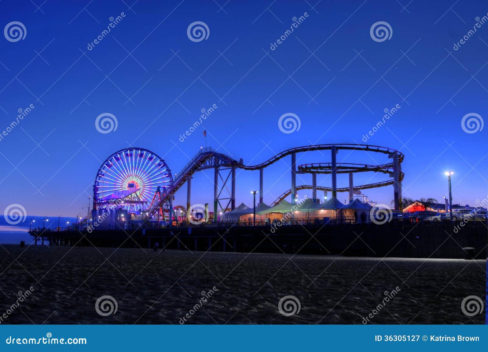 Ferris Wheel e Santa Monica Pier no crepúsculo em Santa Monica,