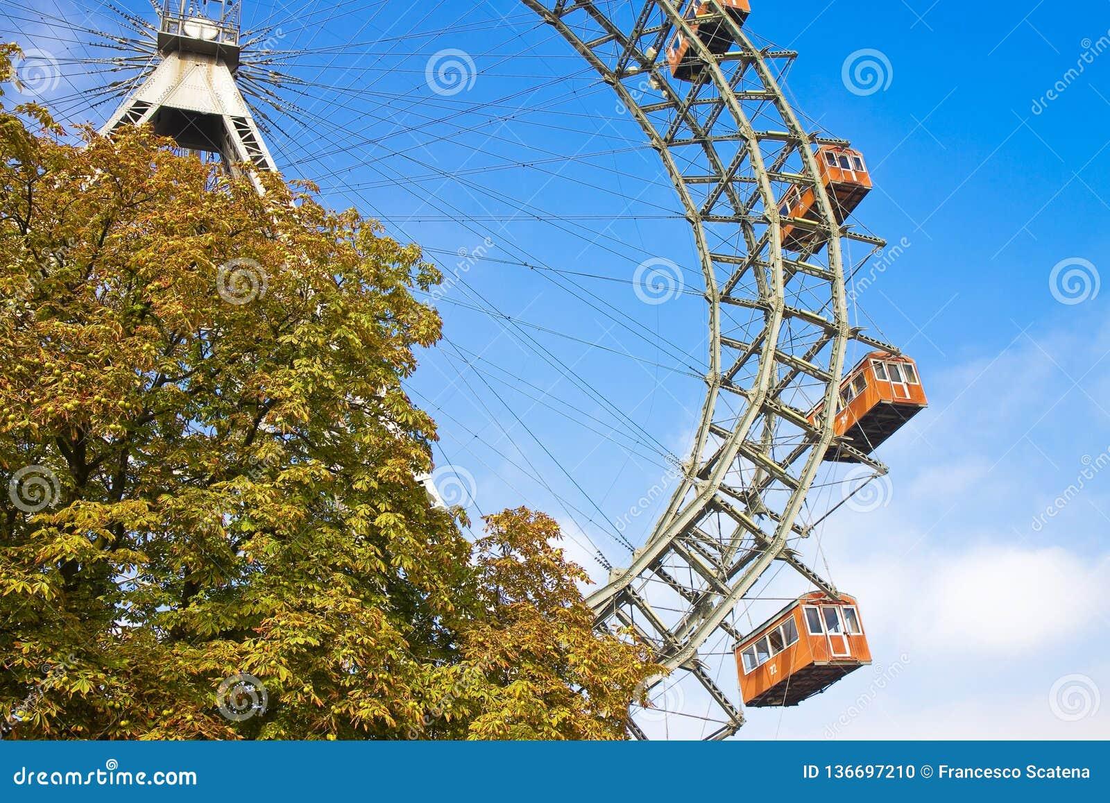 Ferris Wheel en Wien contra un cielo azul Austria - Europa