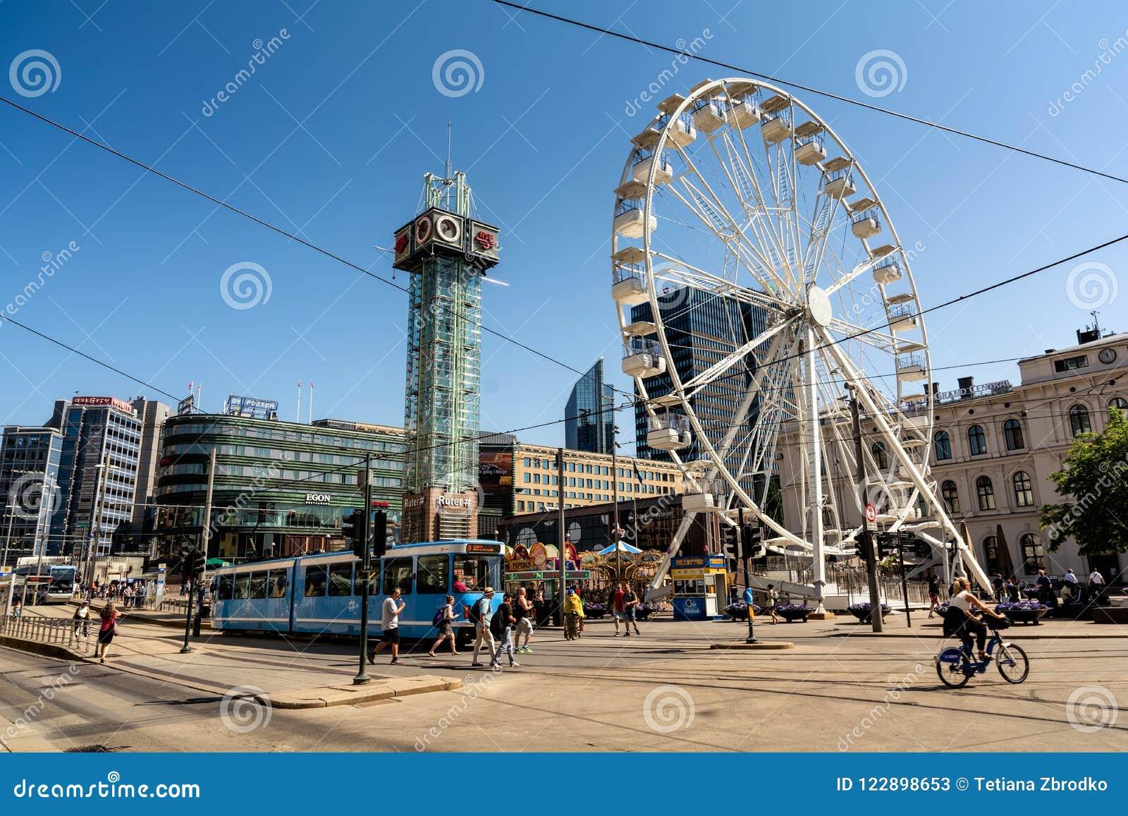 Ferris Wheel grande en el cuadrado delante de la estación central