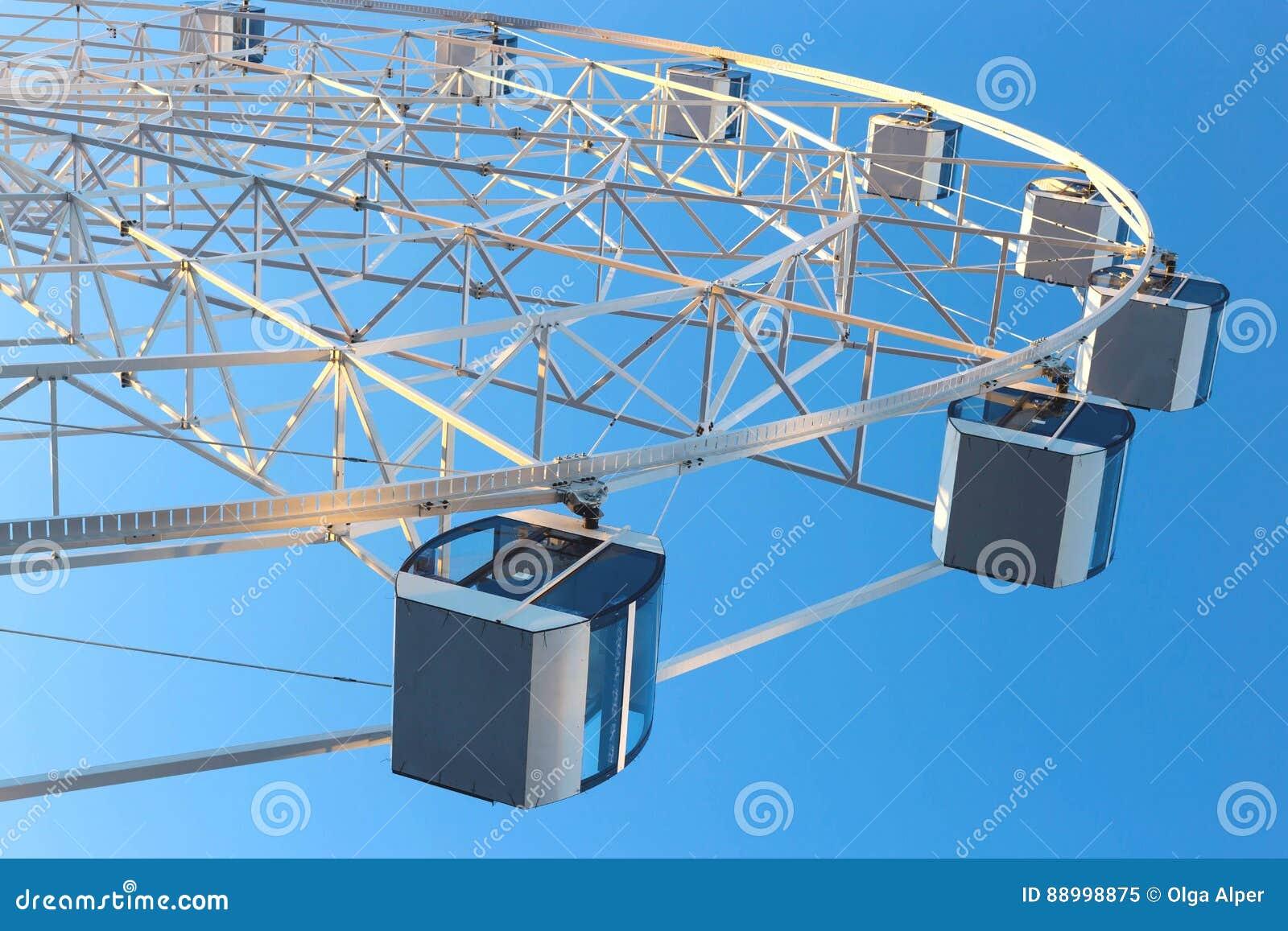 Ferris Wheel mot bakgrund för blå himmel