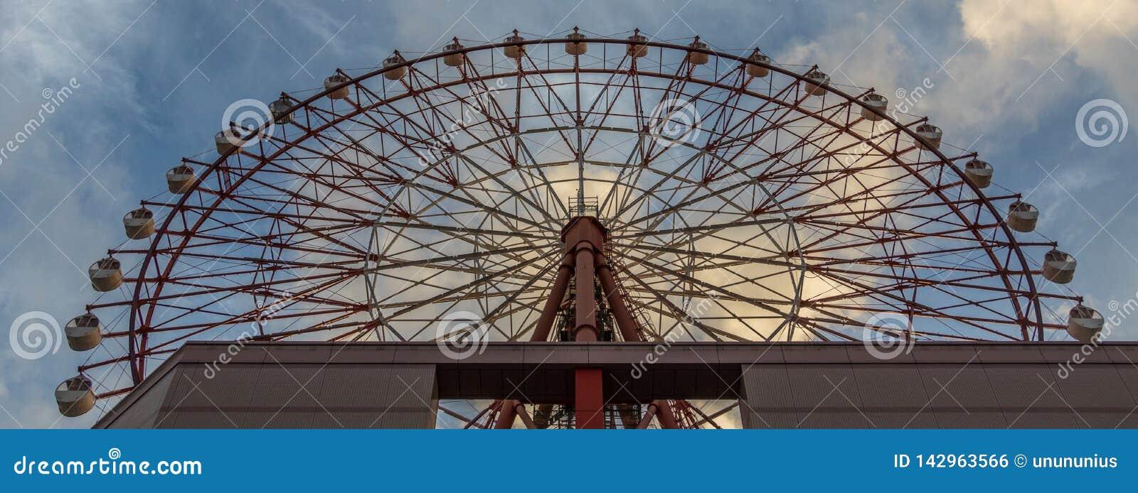 Ferris Wheel rosso della plaza di Amu alla stazione di Kagoshima Chuo di JUNIOR contro cielo blu Preso dal fondo Situato a Kagosh