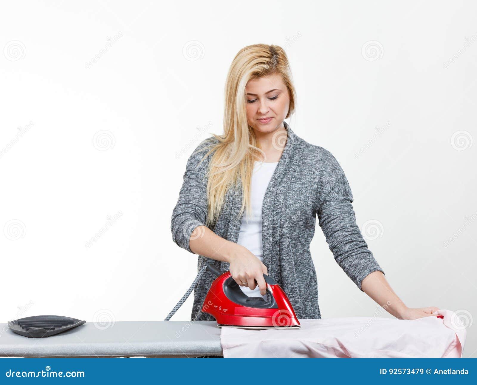 Ferro della tenuta della donna circa per fare rivestire di ferro