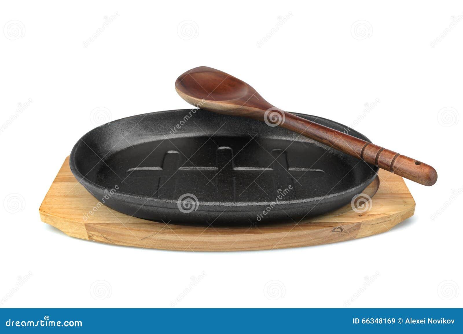 Ferro fundido que serve Pan On Wood Plate, branco da espátula isolado