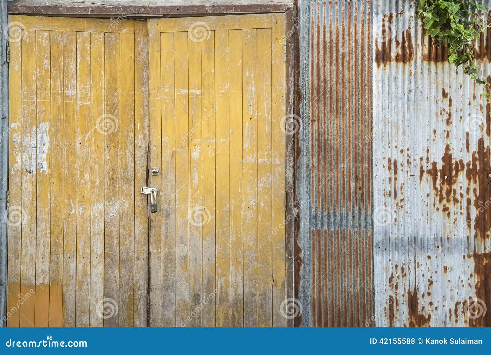 Ferro ondulado do Grunge e porta amarela