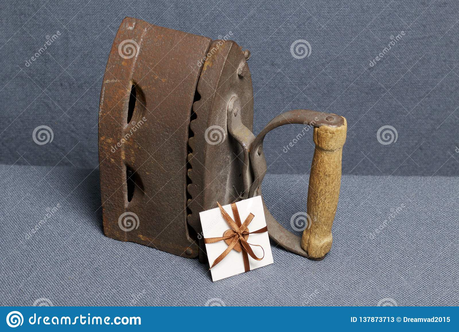 Ferro velho, aquecido por carvões quentes Localizado na tela cinzenta Próximo um cartão