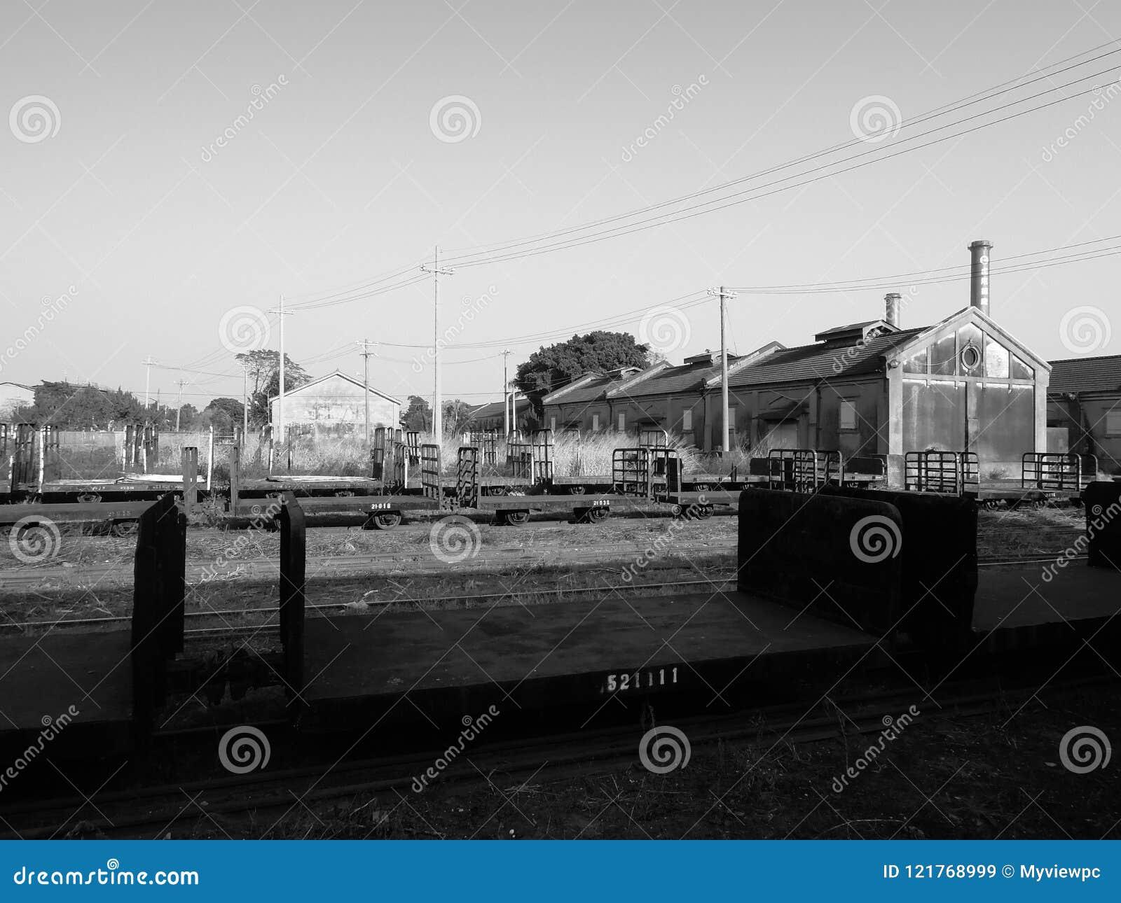 Ferrocarril, carro del tren y almacén por otra parte