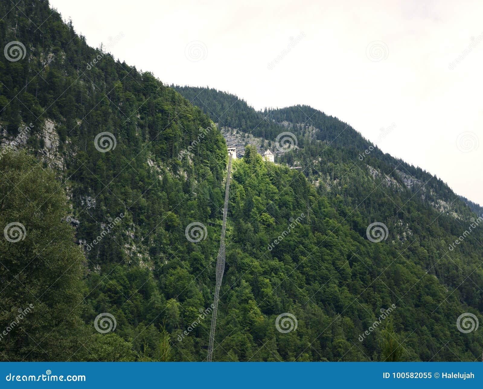 Ferrocarril de diente a gran altitud, elevación del carril en Hallstatt Lago mountain, macizo alpino, barranco hermoso en Austria