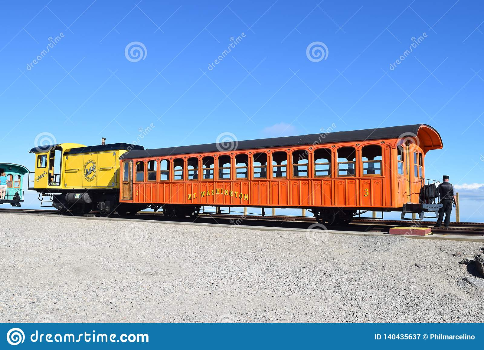 Ferrocarril de DIENTE que carga para arriba para el viaje abajo del Mt Washington New Hampshire