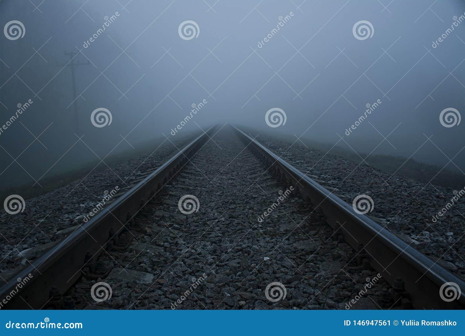 Ferrocarril en la niebla Ferrocarril de la niebla gruesa