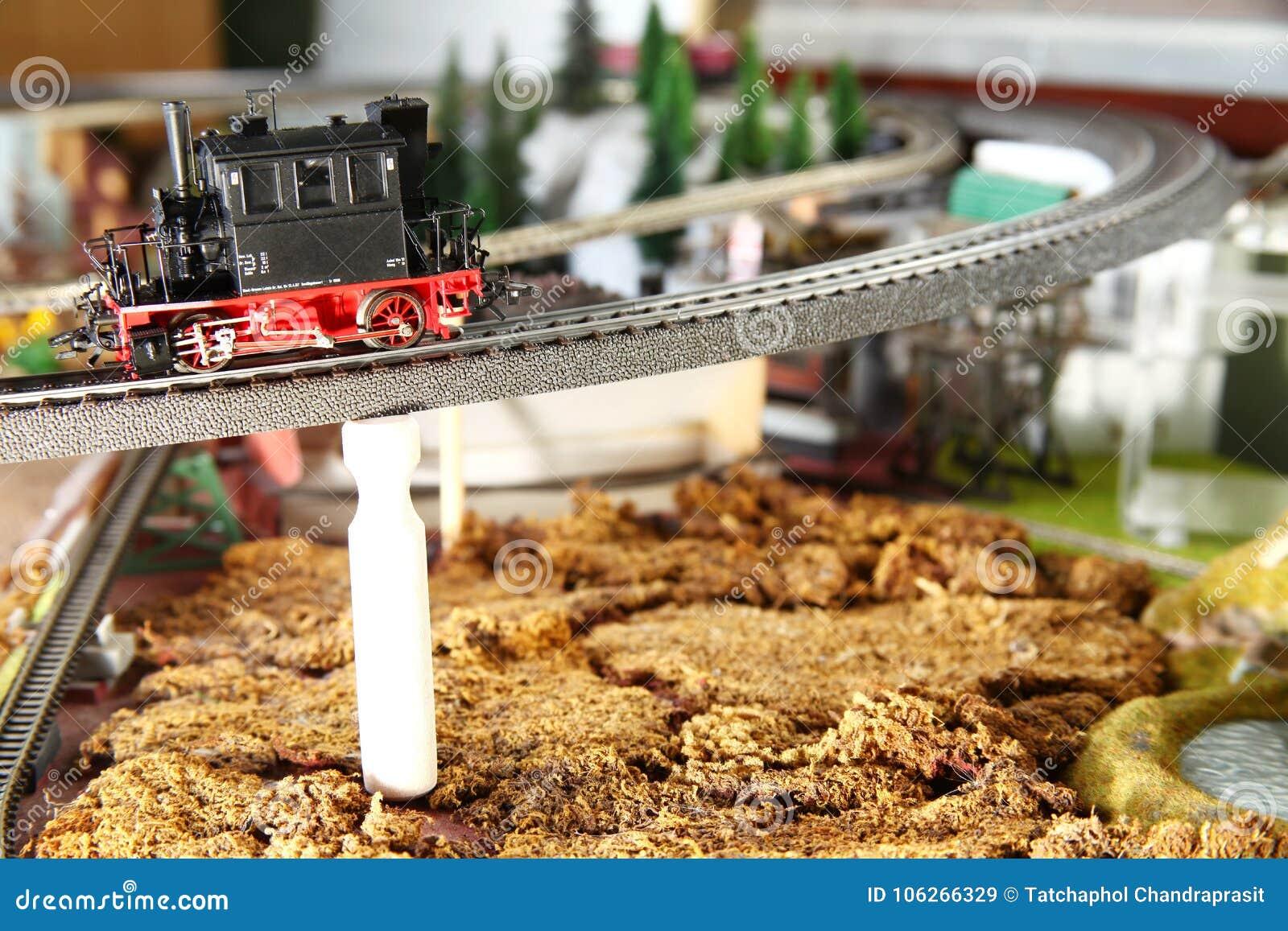 Ferrocarril modelo en la escena modelo miniatura de la ciudad