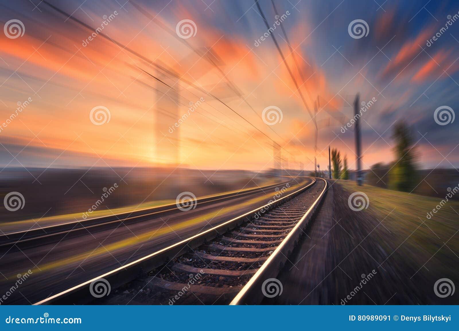 Ferrovia nel moto al tramonto Stazione ferroviaria vaga