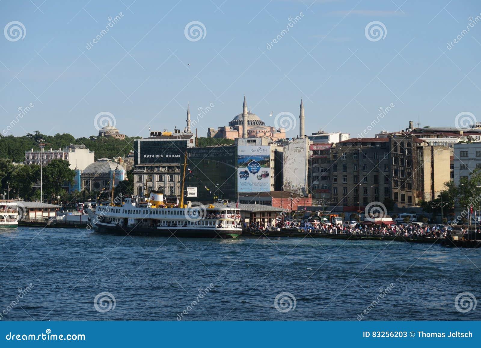 Ferry près de pont de Galata et du klaxon d or, avec Hagia Sophia, à Istanbul, la Turquie
