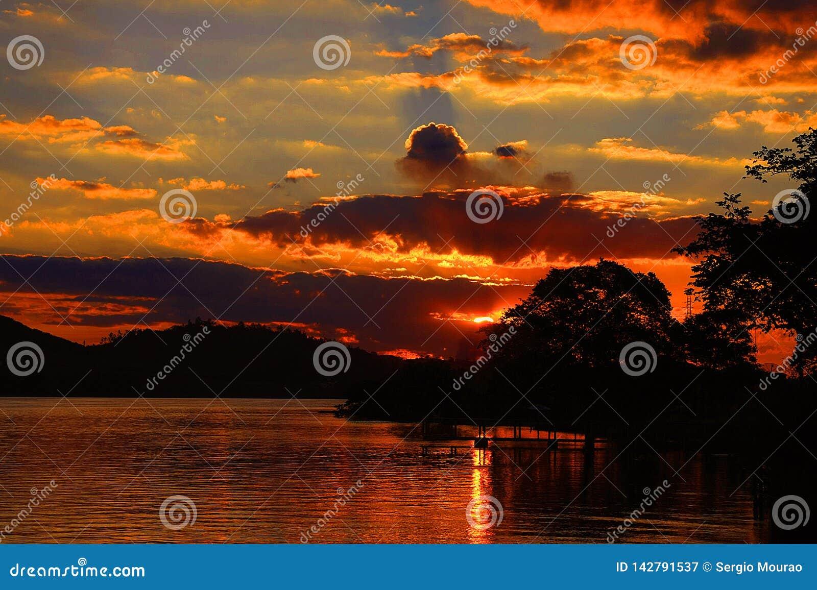Ferryboat do porto do ria do ³ de Glà na tarde dourada do sol