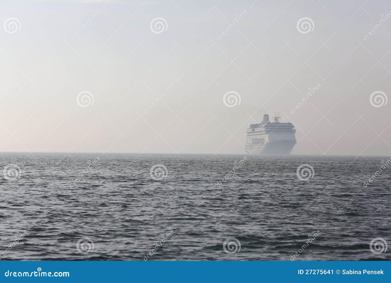 Ferryboat som löper i avståndet på havet