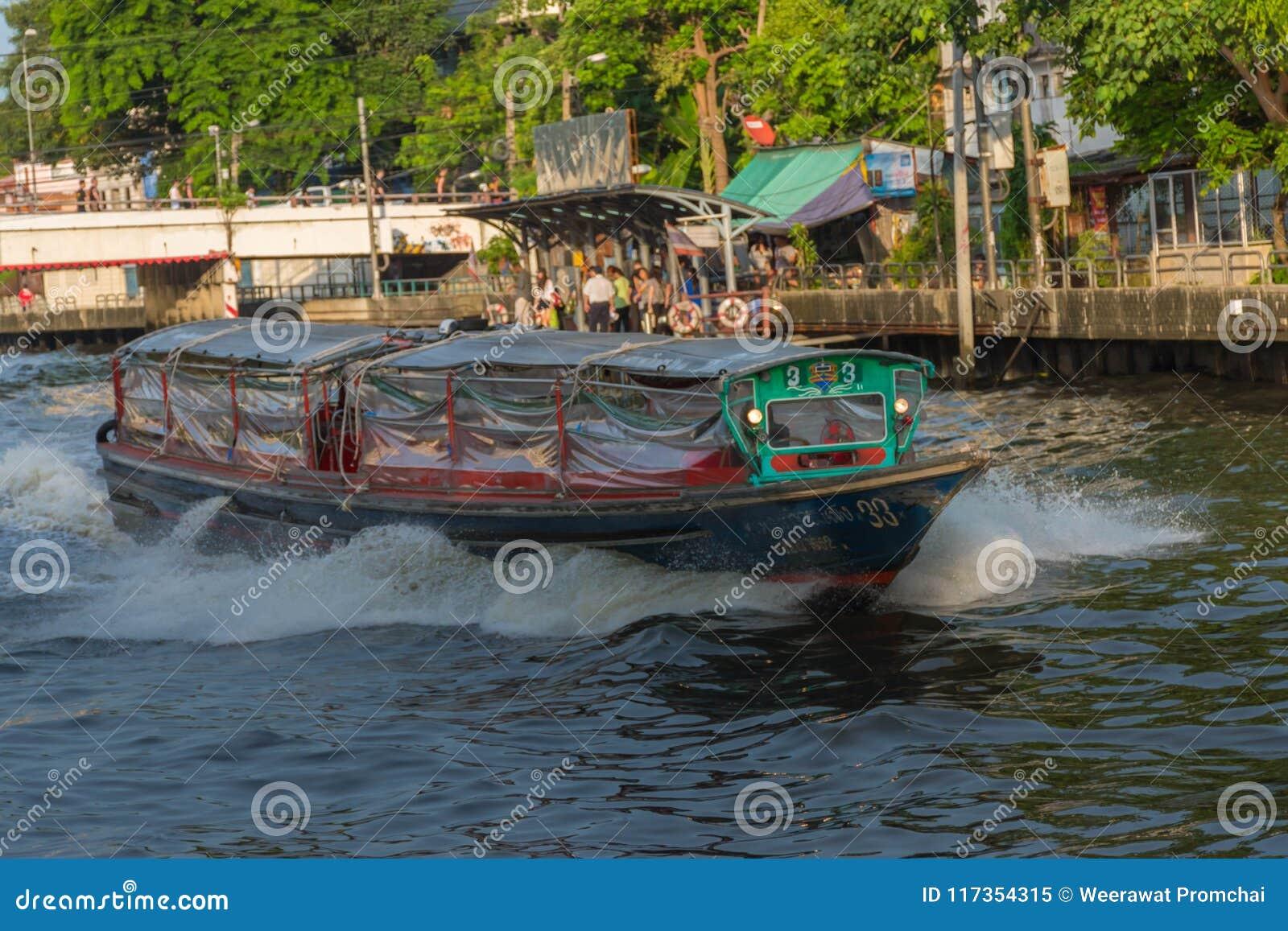 Ferryboat velho de madeira que corre através de um canal