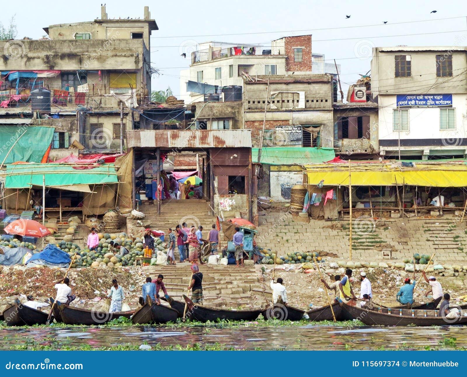 Ferrys-boat au port de Dhaka, rivière de Buriganga, Dhaka, Bangladesh