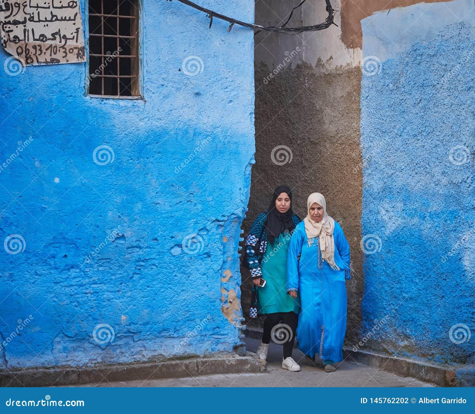 Fes, Marocco - 7 dicembre 2018: coppie delle donne marocchine che lasciano un vicolo blu nel Medina di Fes