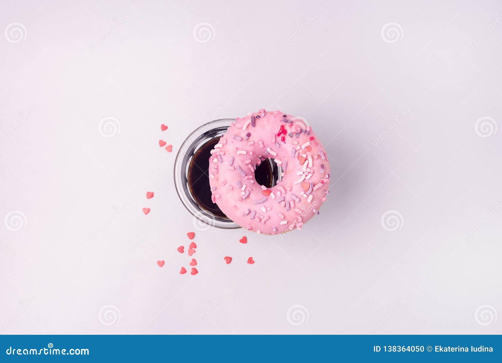 Fesh桃红色多福饼用咖啡阿梅里卡诺平的位置顶视图多福饼和咖啡
