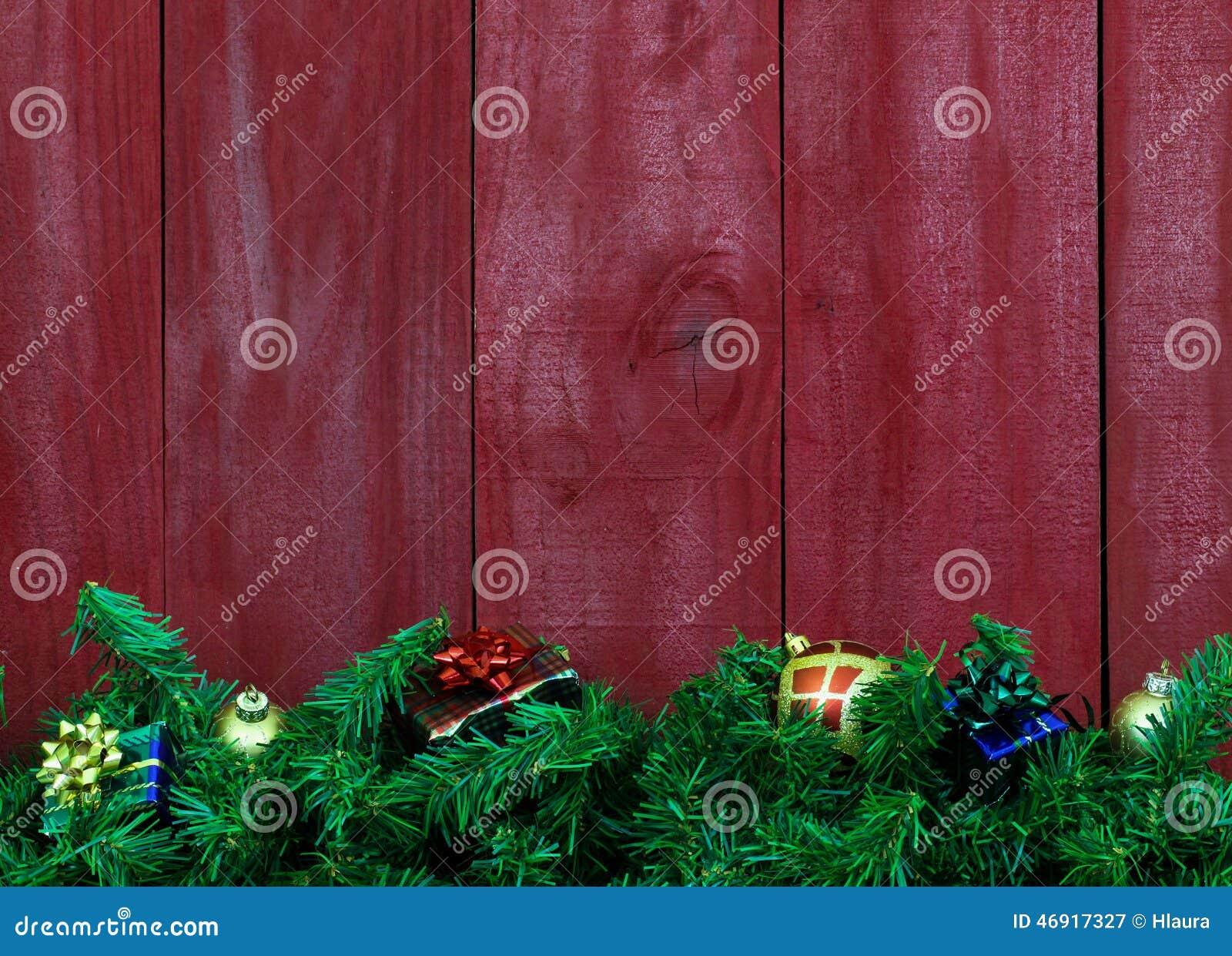 Festão do Natal com presentes pelo fundo de madeira vermelho antigo vazio