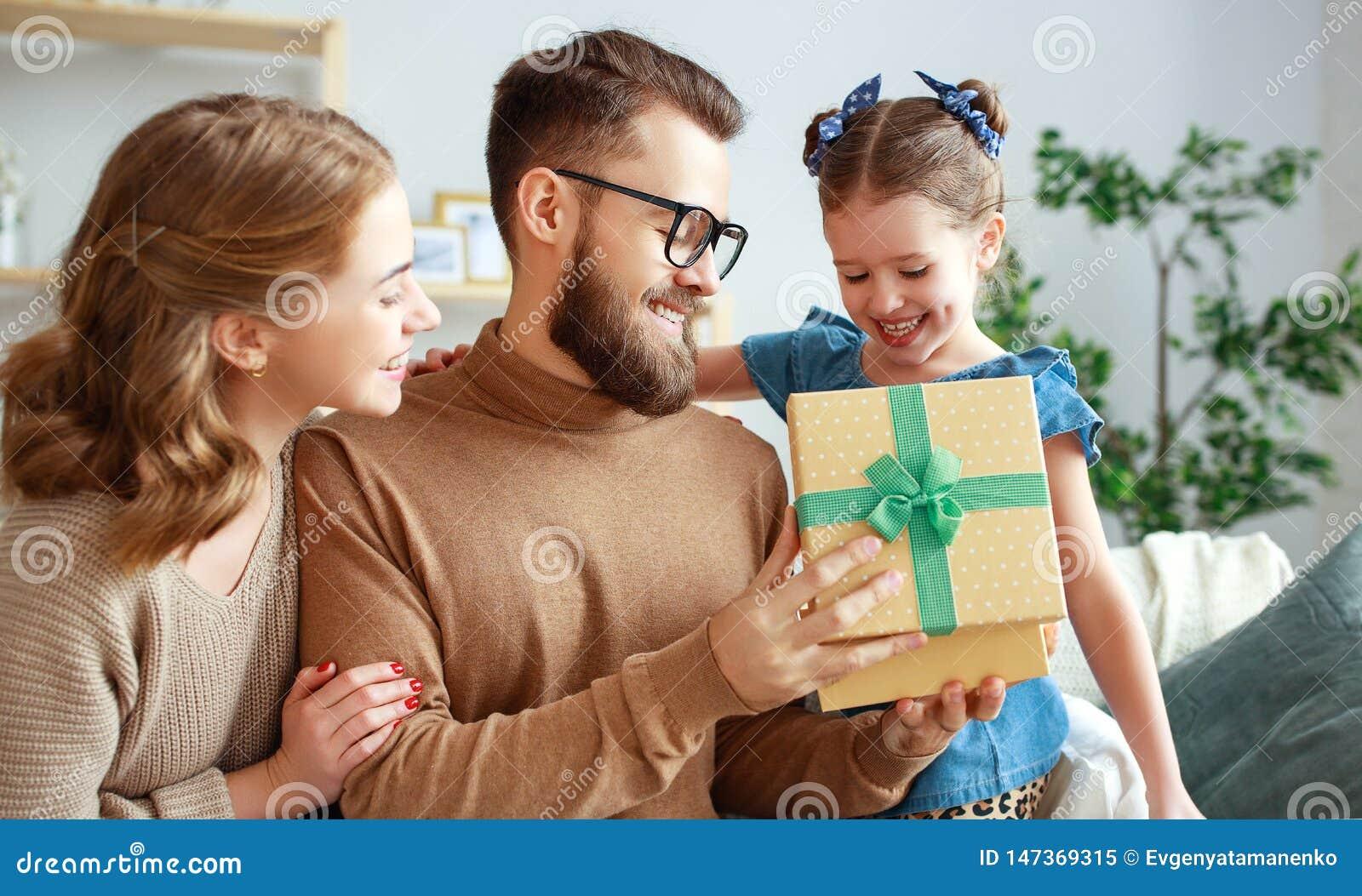 Festa del pap? felice! mamma e figlia della famiglia congratularsi pap? e dare regalo