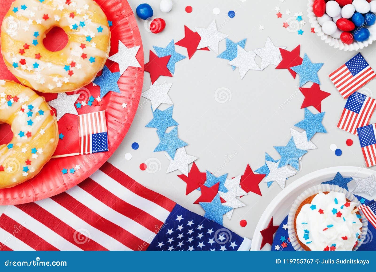 Festa dell indipendenza fondo felice del 4 luglio con la bandiera americana decorata degli alimenti, delle stelle e dei coriandol