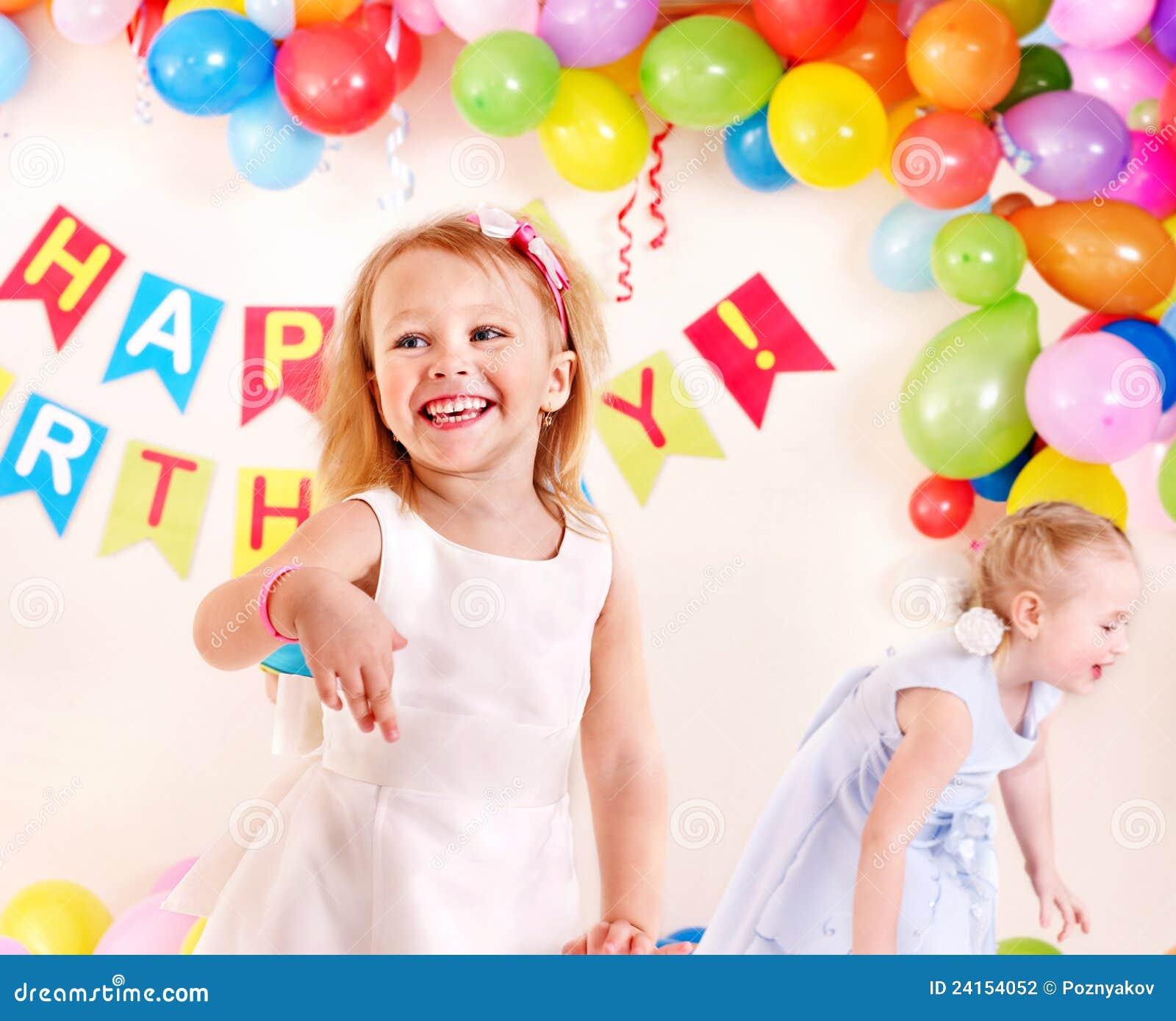 Festa di compleanno del bambino con la ragazza.