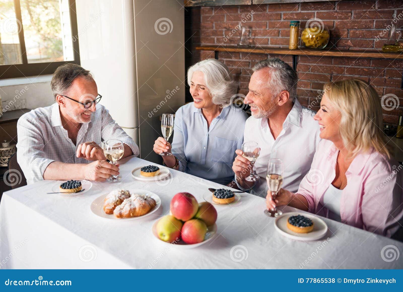 Tavolo Compleanno Uomo : Festa di compleanno del recipiente anziano dell uomo la cucina