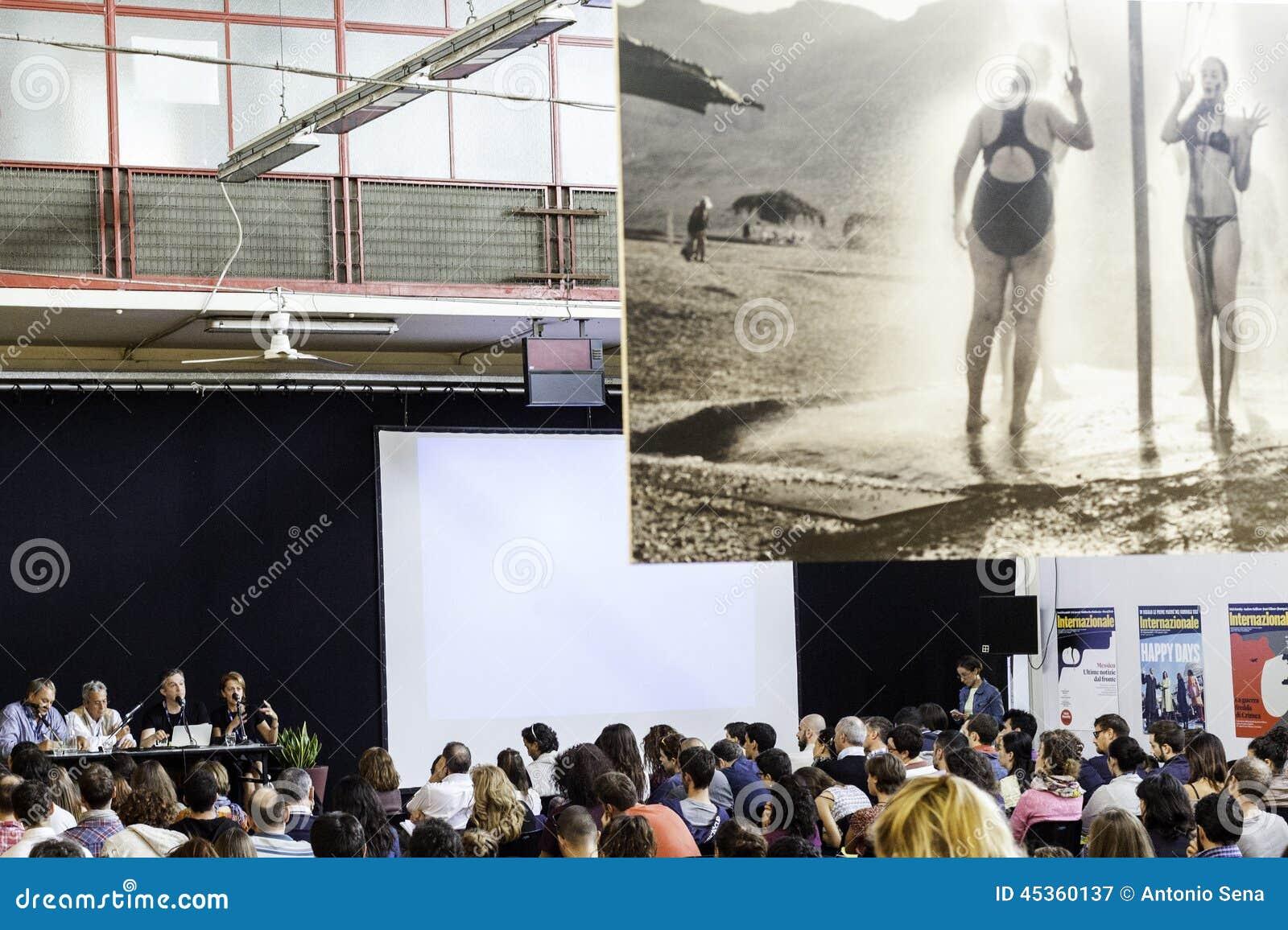 Festa di Internazionale à Ferrare : Mercato Coperto dans le forum de journaliste de photo avec le dulye de giles