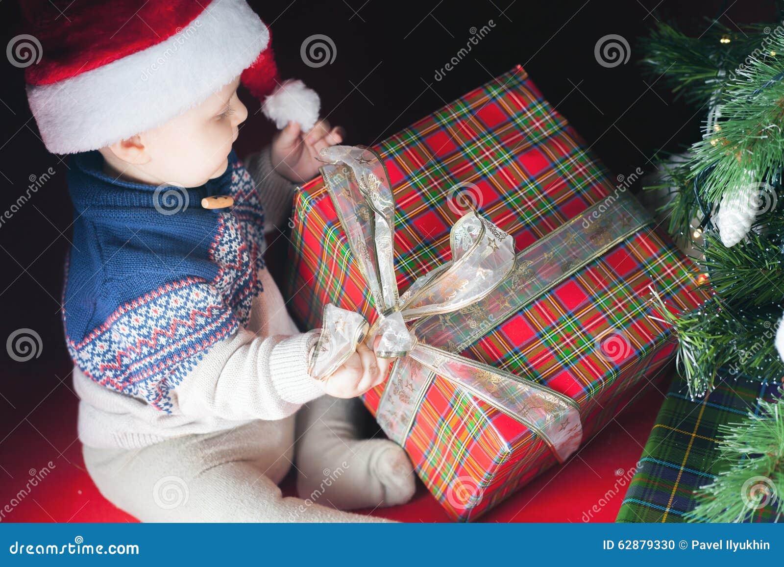 Apertura Regali Di Natale.Festa Di Natale Bambino In Scatola Di Apertura Del Cappello Di Santa Di Regali Fotografia Stock Immagine Di Regalo Decorazione 62879330