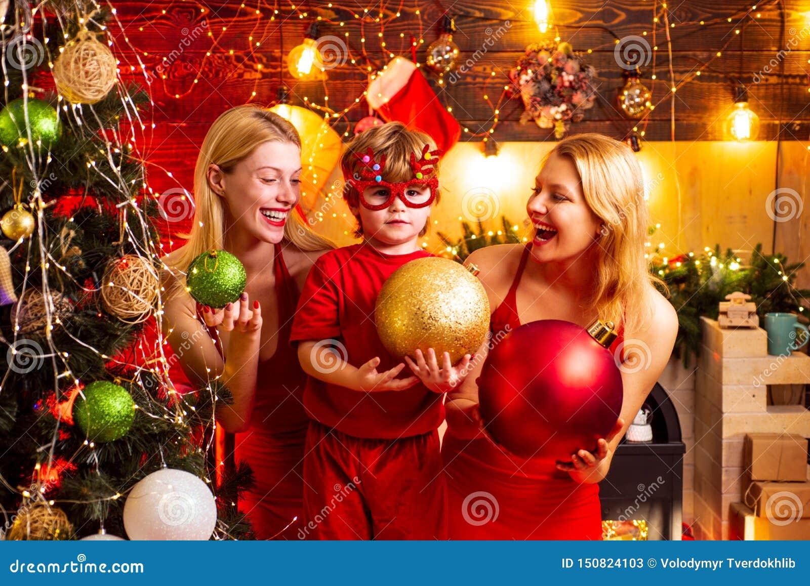 Festa di Natale Vestiti rossi dalle donne celebrare natale con poco bambino sveglio Legami di famiglia Gioia di pace di amore Rag