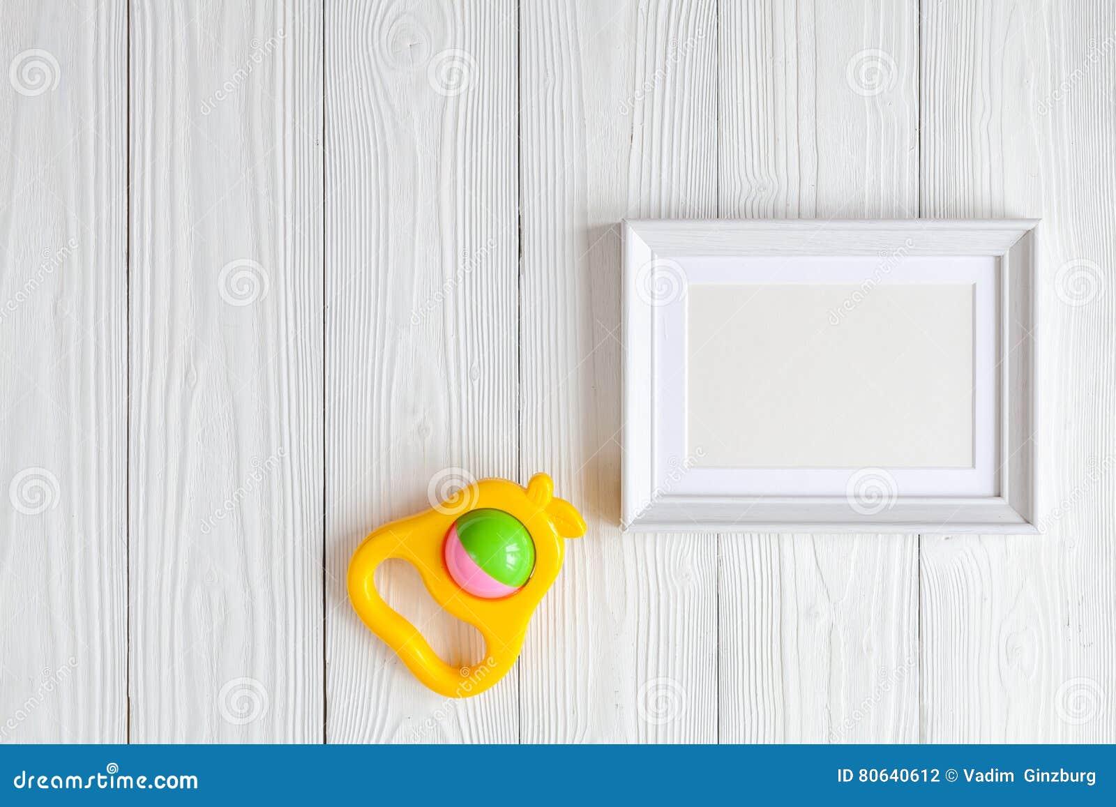 Festa do bebê - moldura para retrato vazia no fundo de madeira