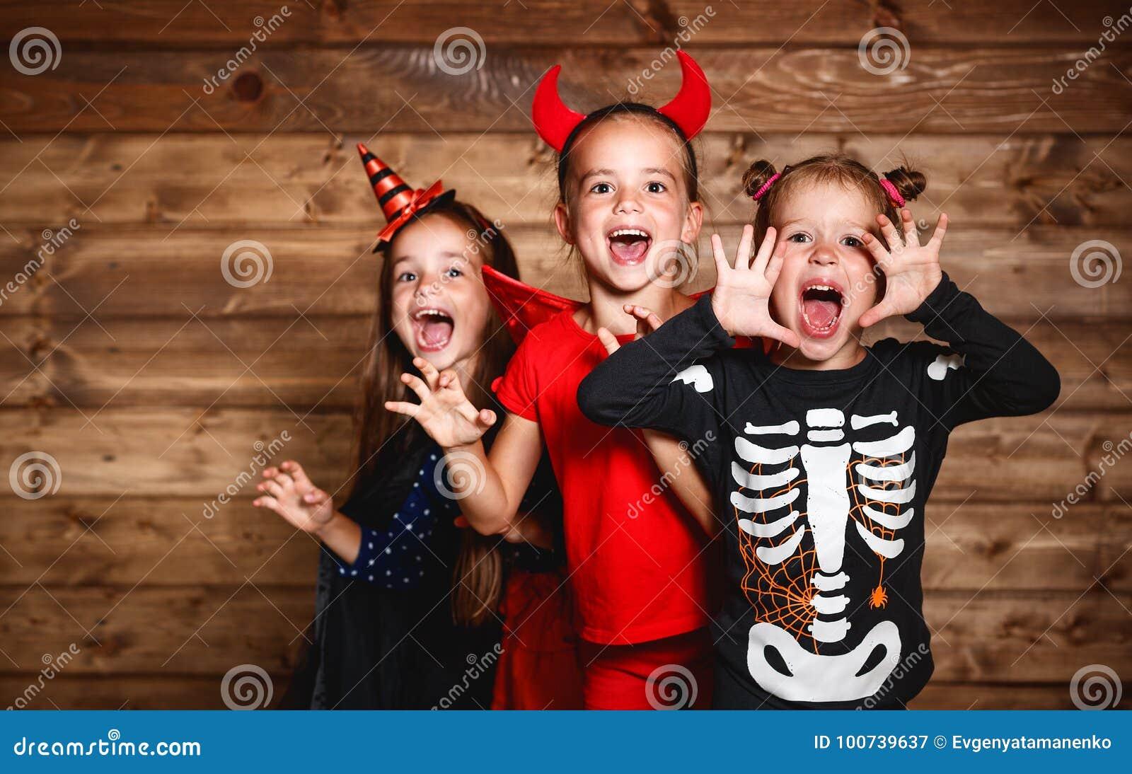 vendita di liquidazione godere del prezzo più basso in vendita Festa Halloween Bambini Divertenti Del Gruppo In Costumi Di ...