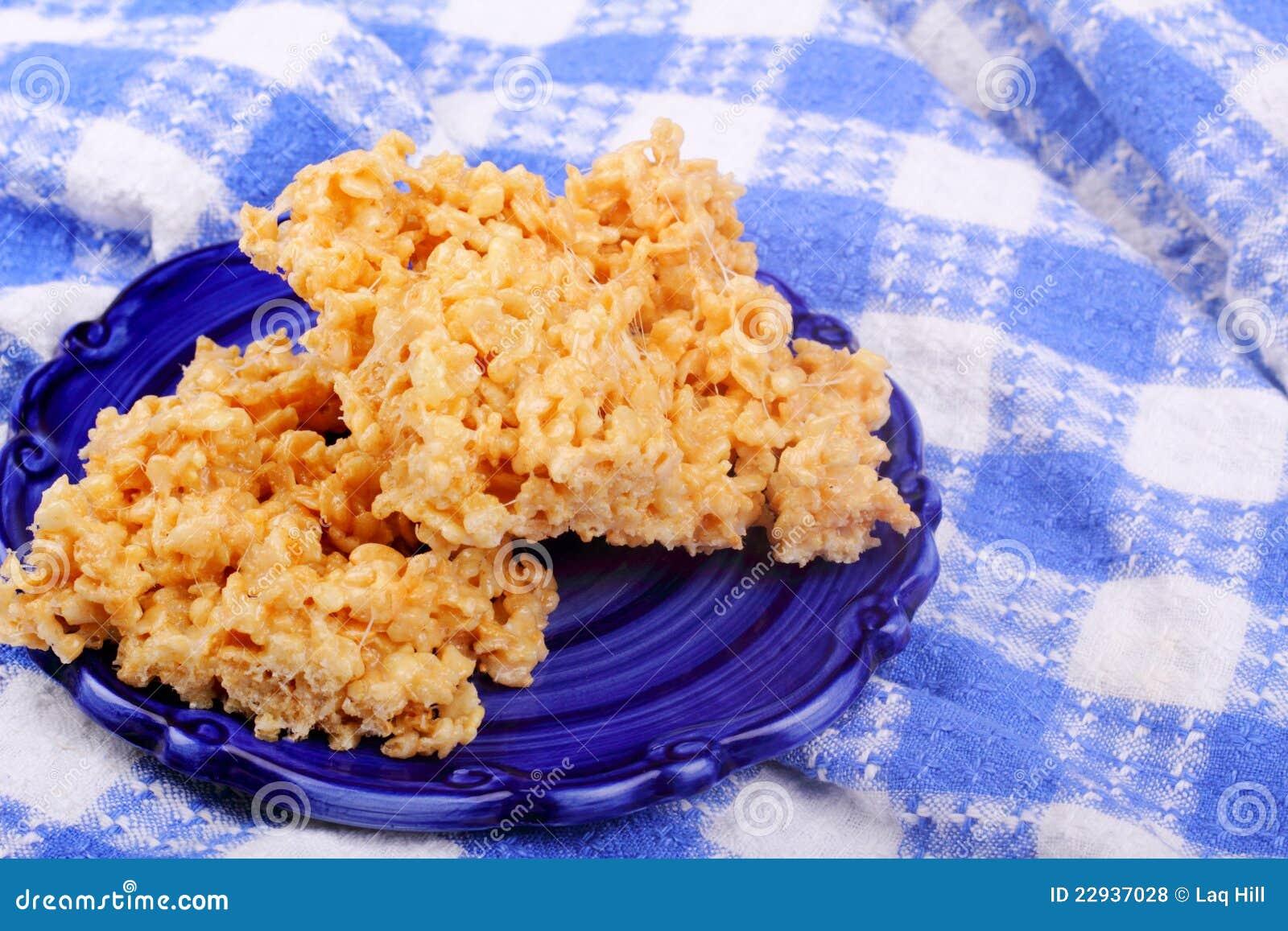 Festins croustillants de riz sur le bleu