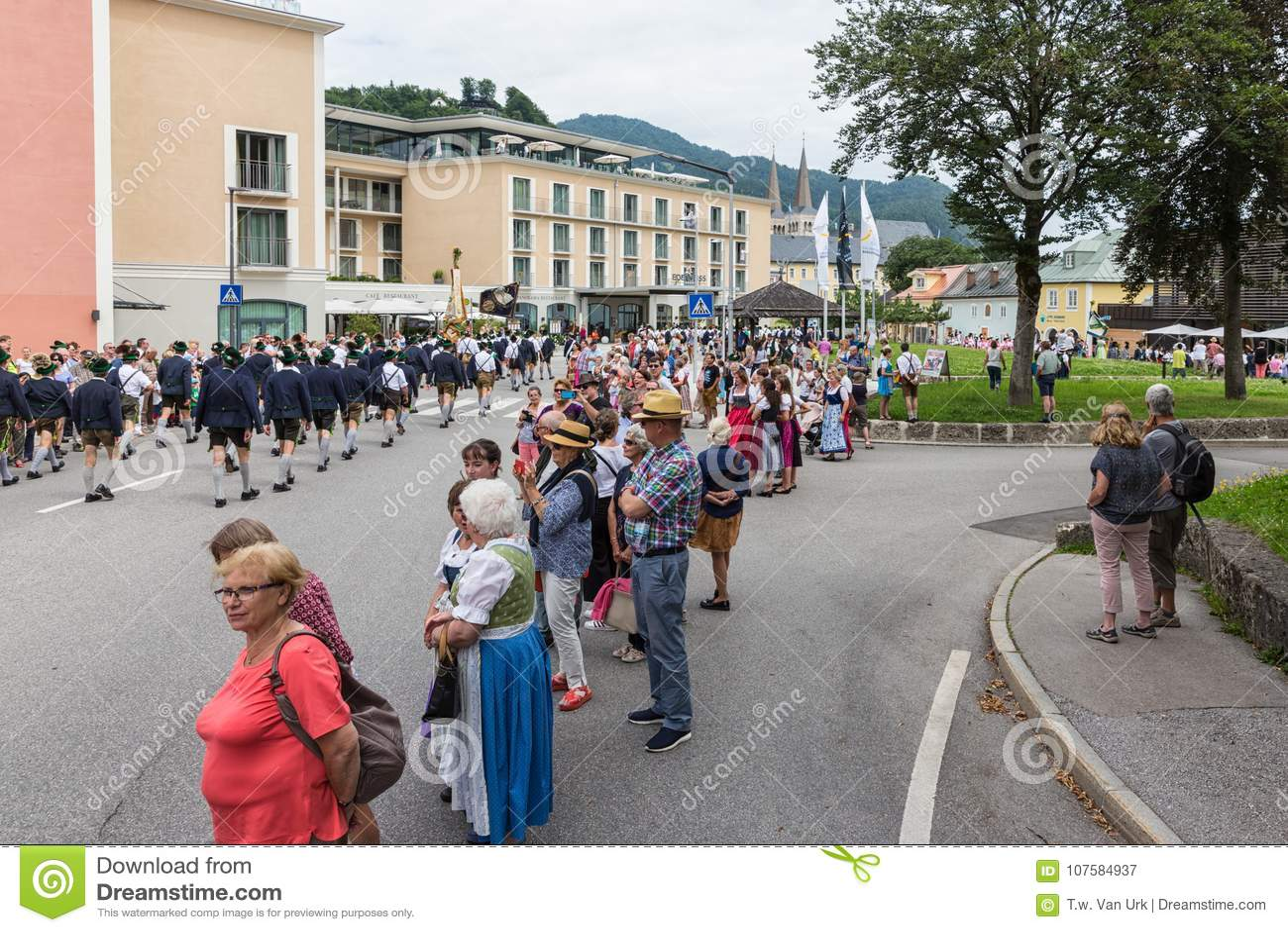 Festival com parada da fanfarra e dos povos em trajes do traditonal
