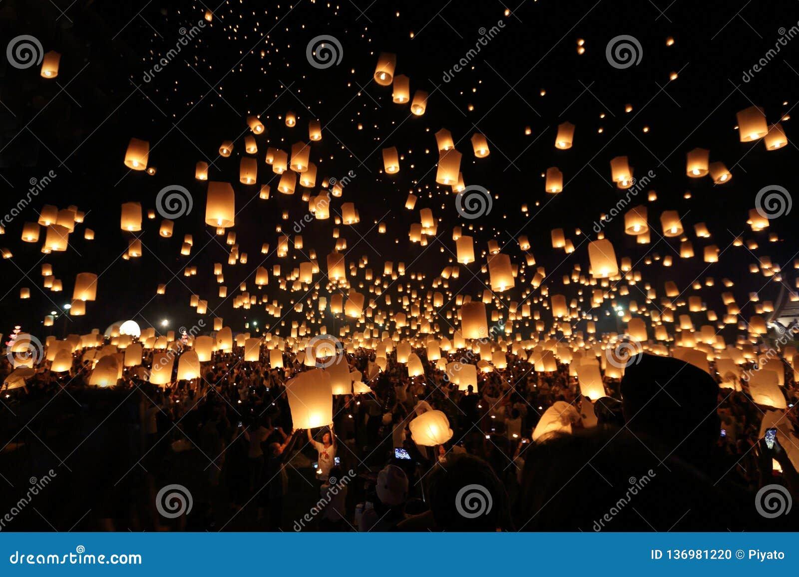 Festival de lanterna de flutuação em Tailândia