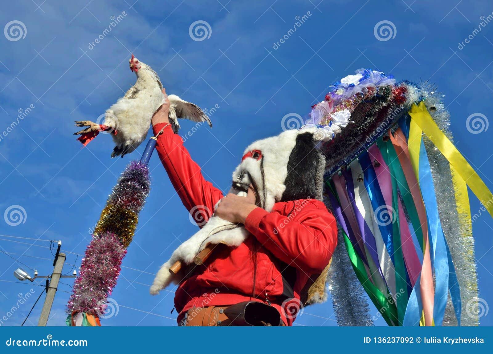 Festival de Noël dans le village roumain d Orlovka Kartal, Bessarabia Bon esprit Moshul tenant une poule Il porte un masque fait