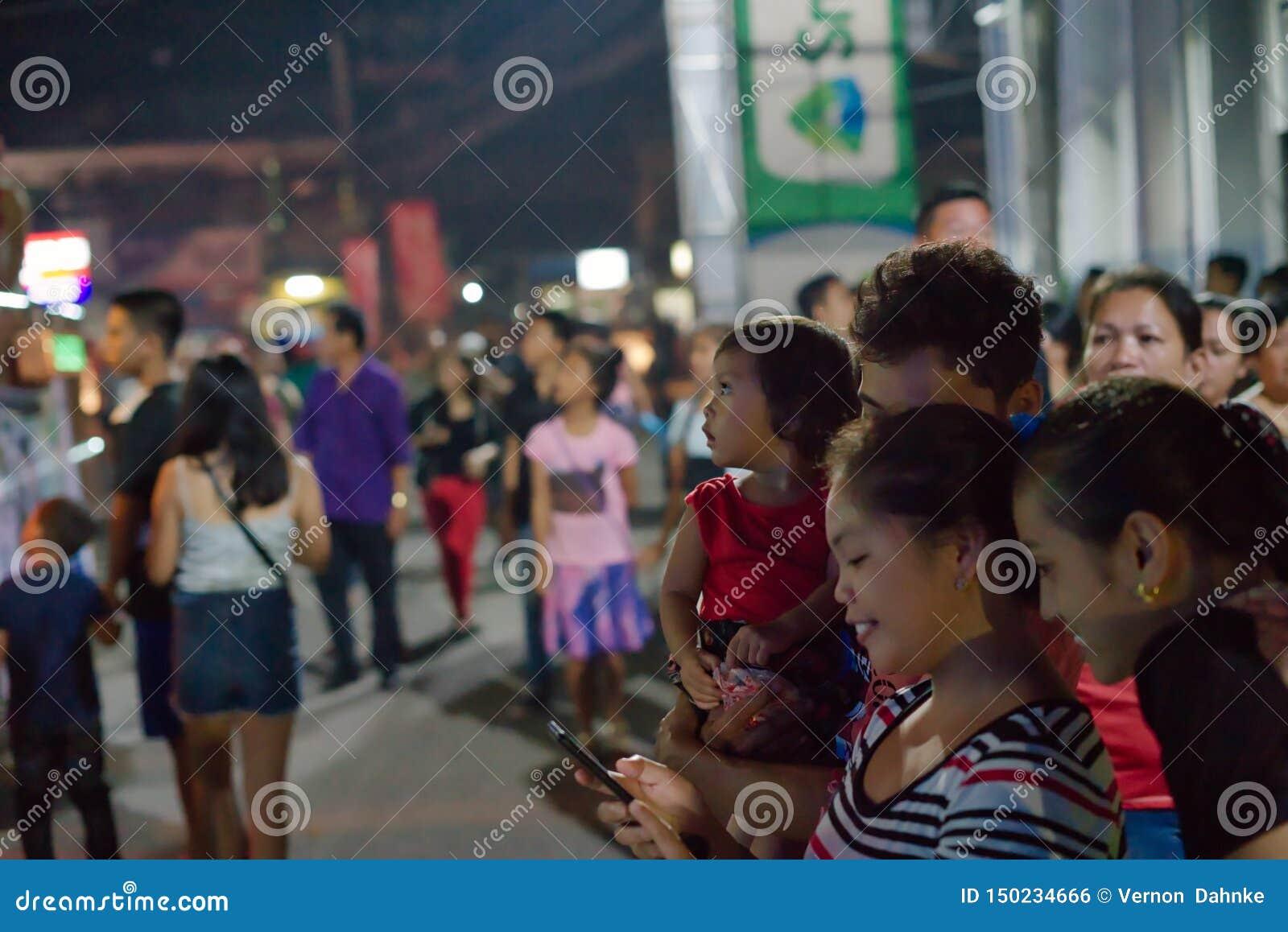 10/16/18 festival Dumaguete Filipinas de Buglasan que miran hacia adelante