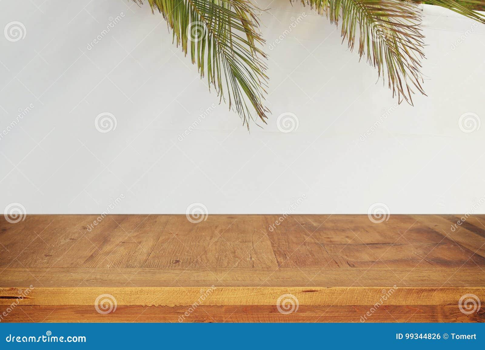 Festival ebreo del sukkot Succah tradizionale & x28; hut& x29; Vecchia tavola di legno vuota per l esposizione e la presentazione