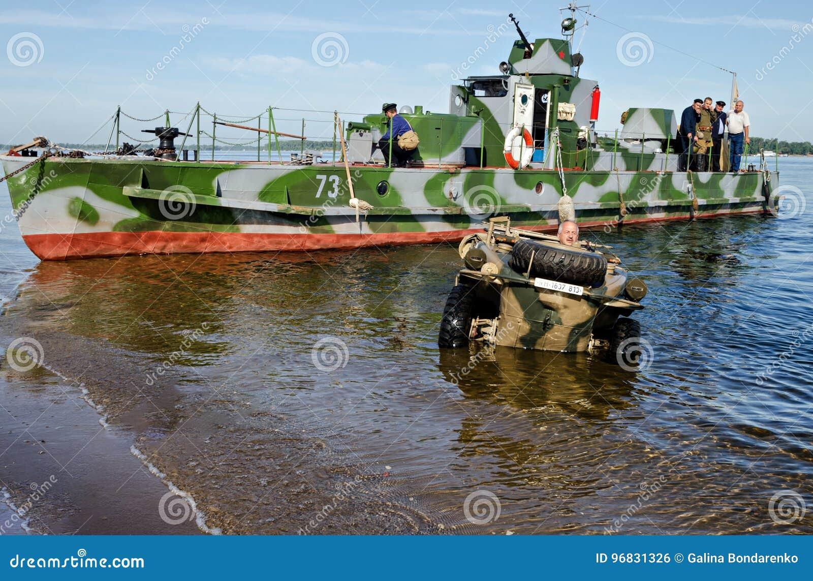 Festival histórico de la Segunda Guerra Mundial al Samara, el 26 de julio de 2015 La lancha de desembarque soviética y el coche f