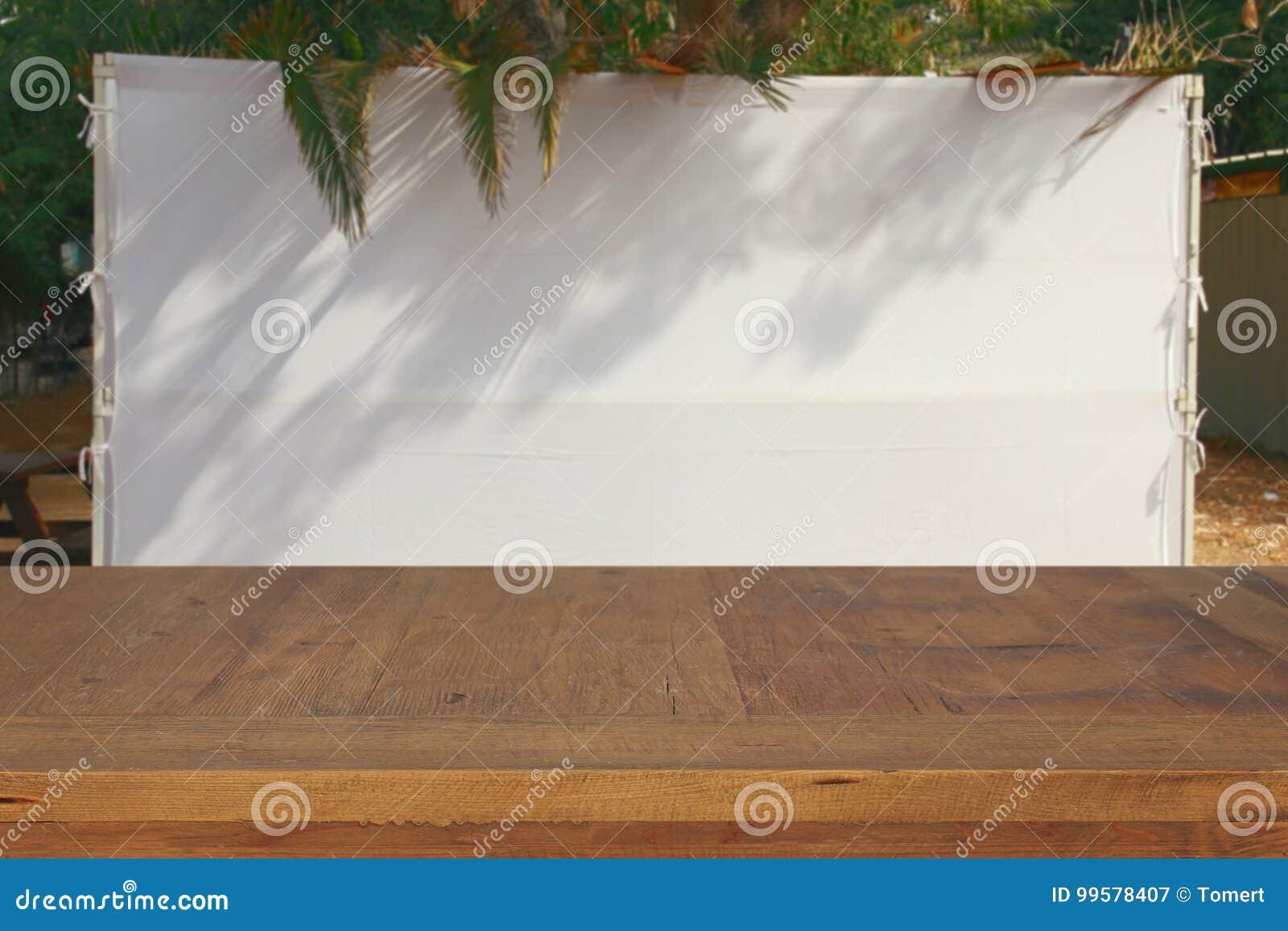 Festival judaico de Sukkot Succah tradicional & x28; hut& x29; Tabela velha de madeira vazia para a exposição e a apresentação do