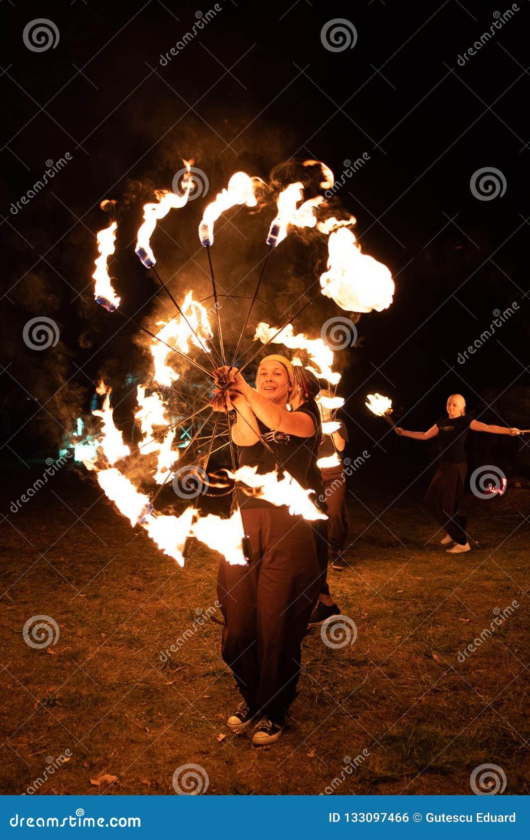 Festival medieval de Transilvania en Rumania, fuego-expectoración, lanzador de llama, respiradero del fuego