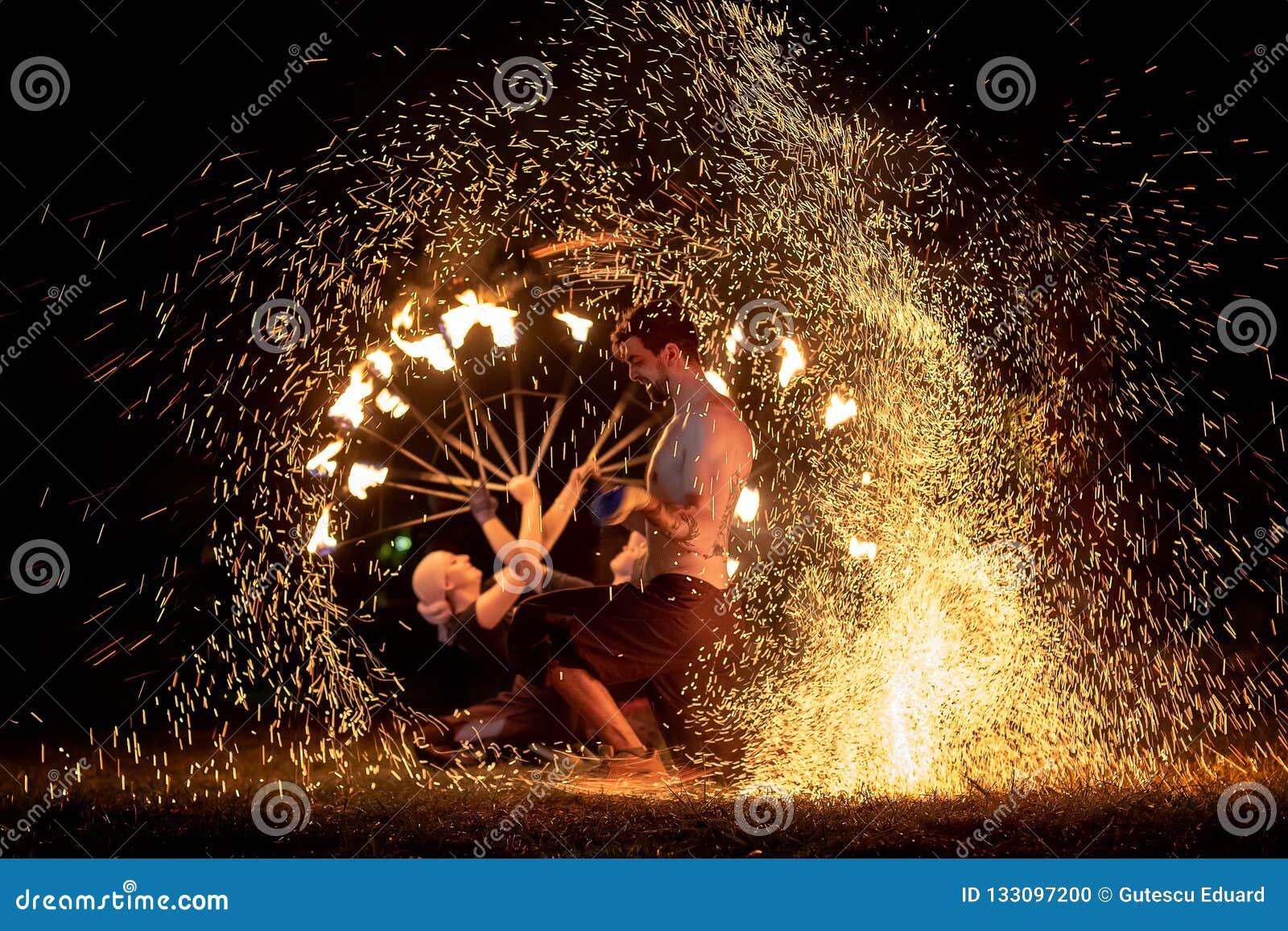 Festival medieval em Romênia, fogo-esguicho da Transilvânia, atirador de chama, respiradouro do fogo