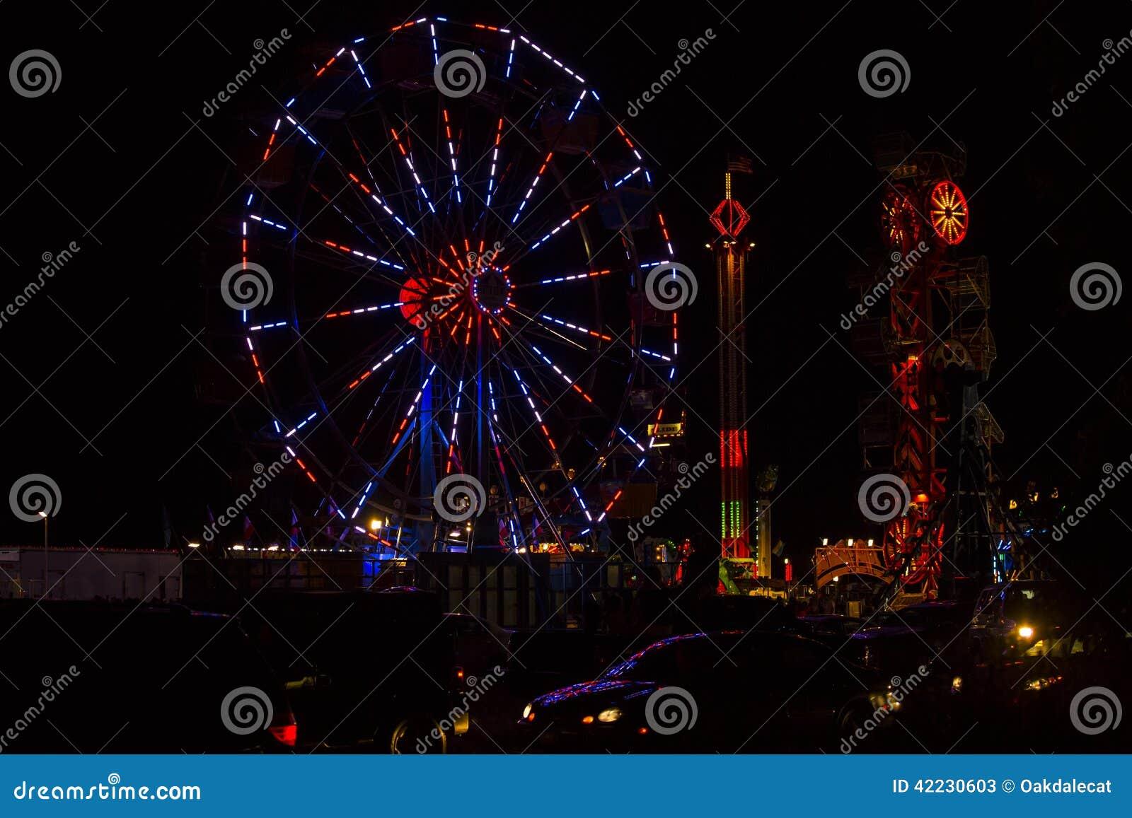 Festival vermelho, branco e azul Ferris Wheel do 4 de julho na noite