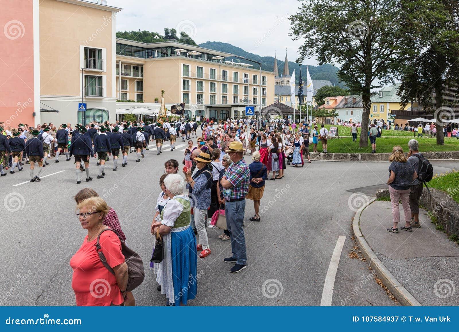 Festivalen med ståtar av fanfar och folk i traditonaldräkter