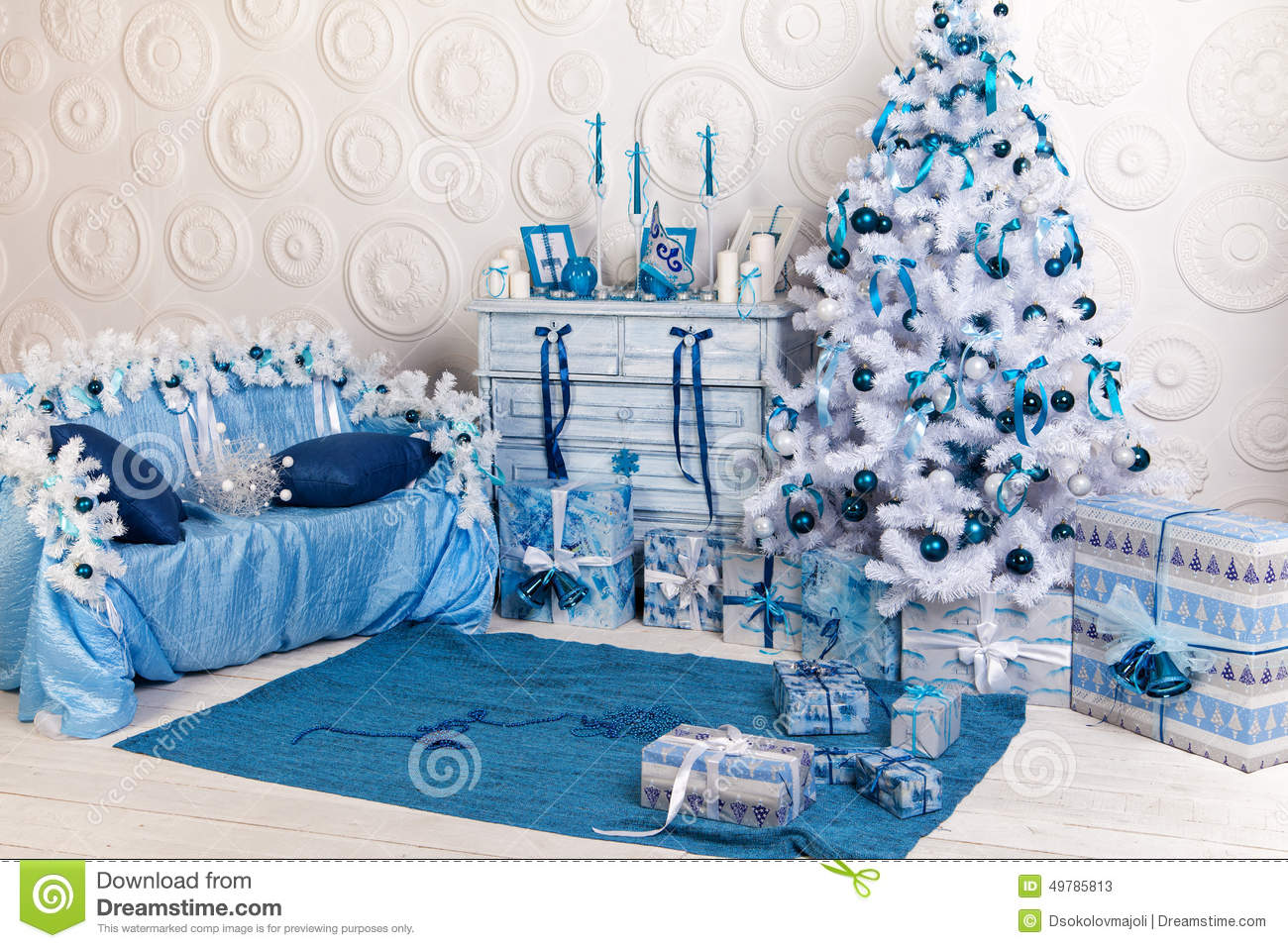 Festive interior decoration for christmas in blue and - Deco table noel bleu et blanc ...