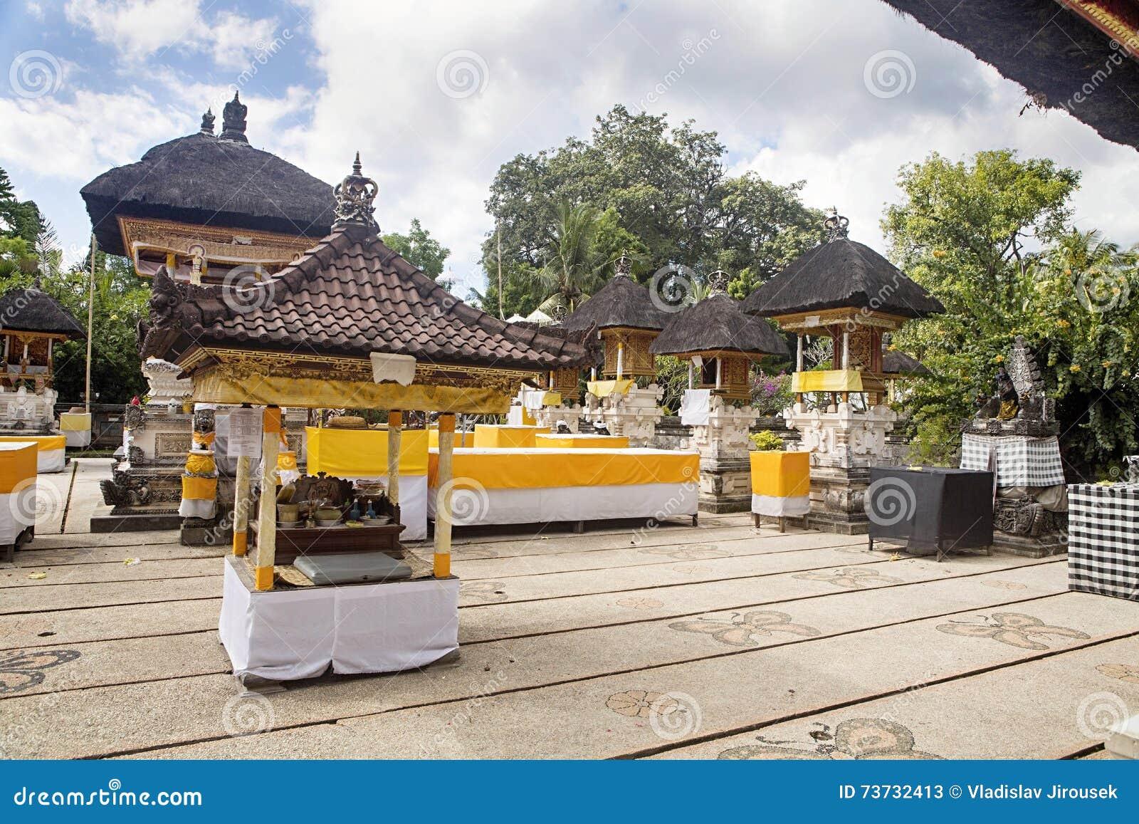 Festively dekorerad hinduisk tempel Pura Ped, i Nusa Penida-Bali, Indon