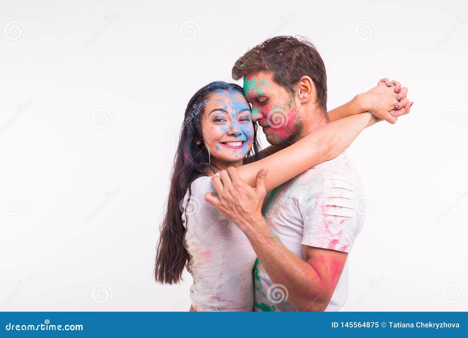 Festiwal holi, przyjaźń - młodzi ludzie bawić się z kolorami przy festiwalem holi na białym tle