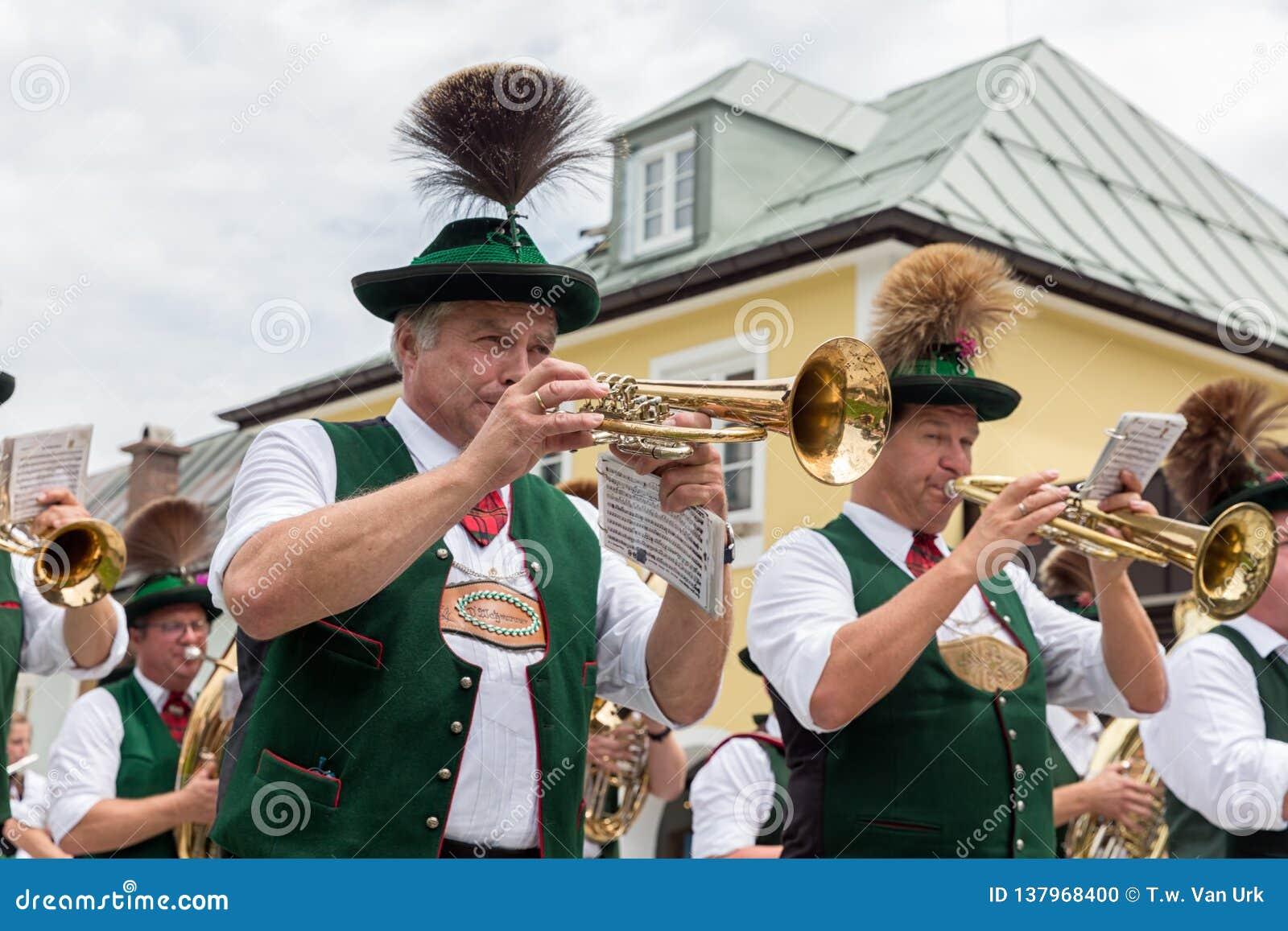 Festiwal z paradą fanfara i ludzie w traditonal kostiumach