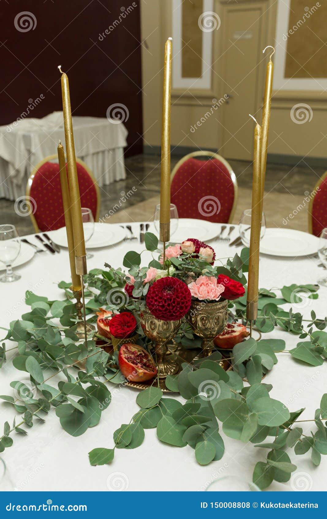 Festlich Verzierter Runder Bankettisch Im Restaurant Frische Blumen Sind Goldene Kerzen Und ...